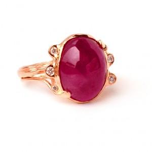 Raudono aukso žiedas su briliantais ir rubinu