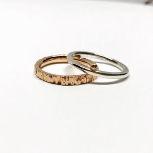 2 žiedai- sidabrinis žiedas su auksine detale ir faktūrinis aukso žiedas