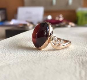 Auksinis žiedas su granatu ir briliantais