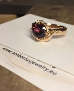 Auksinis žiedas su granatu