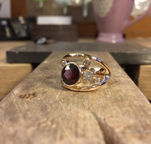 Auksinis žiedas su granatu ir cirkoniais
