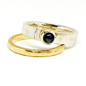 Du žiedai- sidabrinis žiedas su aukso detale bei safyru ir geltono aukso žiedas su faktūriniu paviršiumi