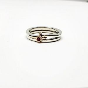 Sidabro žiedas su aukso detale ir rubinu